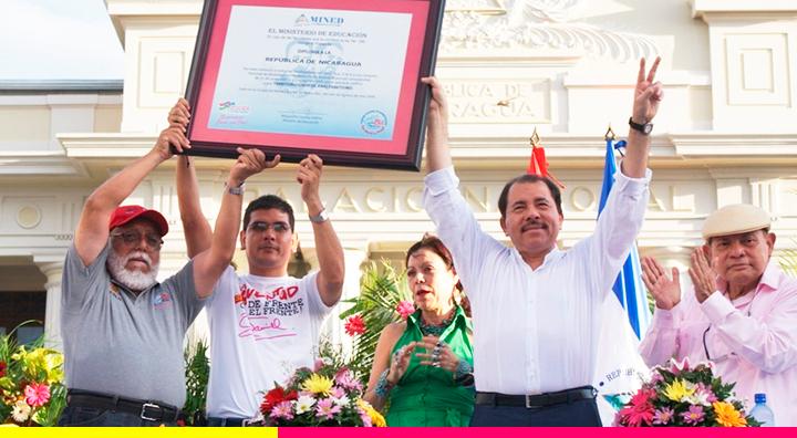 Comandante Daniel Ortega Declarando a la República de Nicaragua Territorio Libre de Analfabetismo.